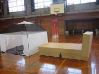 テントと段ボールベッド