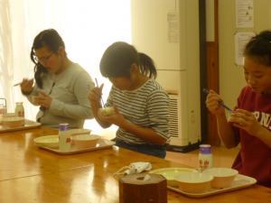 くず餅を食べています