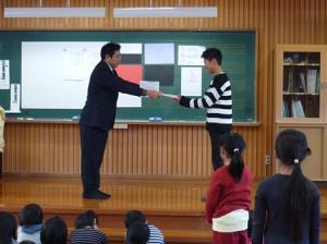 名誉ある「そうじ名人」。6年生の代表に賞状が手渡されました。