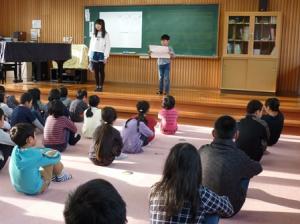 6年生と2年生の代表が、2学期がんばったことを堂々と発表しました。