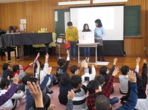 4年生がクイズや献立ランキング、完食日数発表などで盛り上げました。