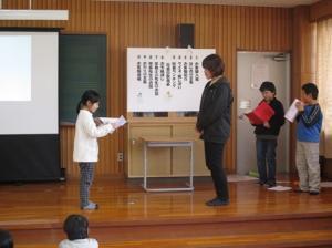代表児童が手紙を渡し、感謝の気持ちを伝えました。