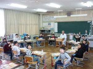 運転手さんと教室で一緒に給食を食べました。