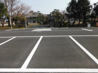 駐車場から校門へ