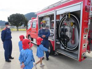 消防車を見せてもらう